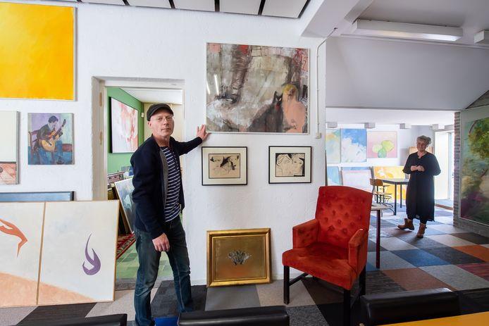 Breda - Roeland Beusink (L) en  Caroline van Leeuwen van de kunstgalerie bij Emmaus aan de Veilingkade in Breda.