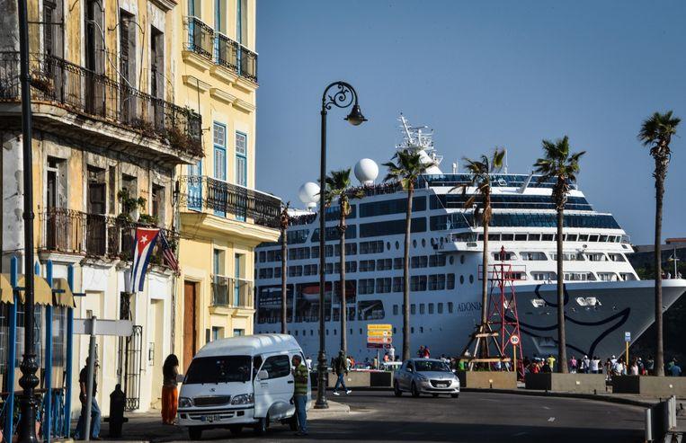 De Adonia, het eerste cruiseschip dat van de VS naar Cuba vaart, legt op 2 mei 2016 aan in Havana. Beeld AFP