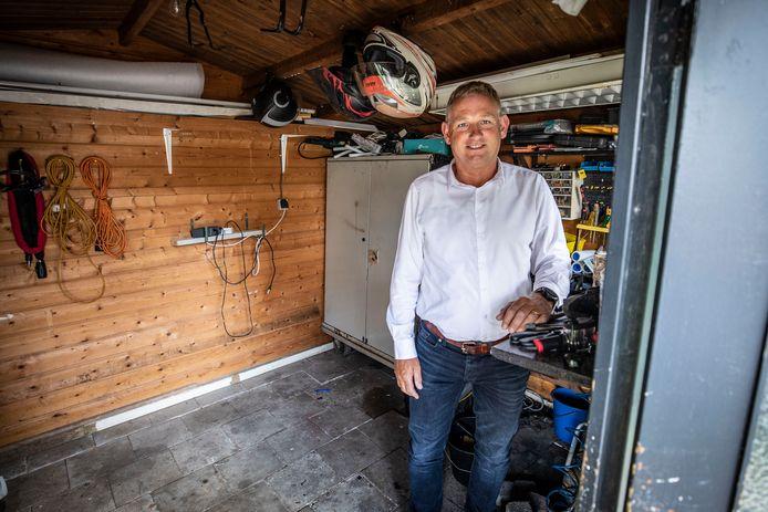 Bij John Brand zijn drie weken geleden twee elektrische fietsen uit de schuur gestolen. De poort werd opengebroken.