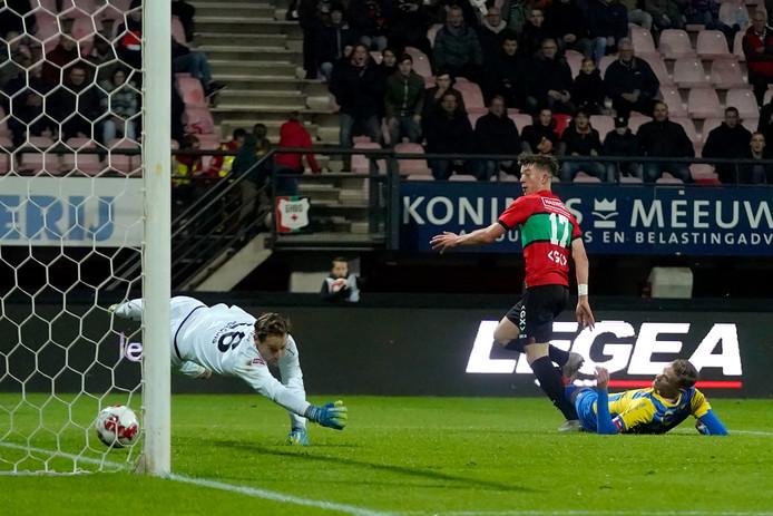 TOP Oss-doelman Damien Perquis wordt geklopt door uitblinker Ole Romeny.