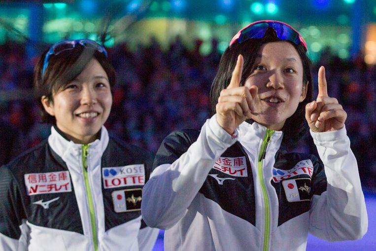 Miho Takagi, rechts met de vingers omhoog, en de winnares van de WK Sprint Nao Kodaira. Beeld AP