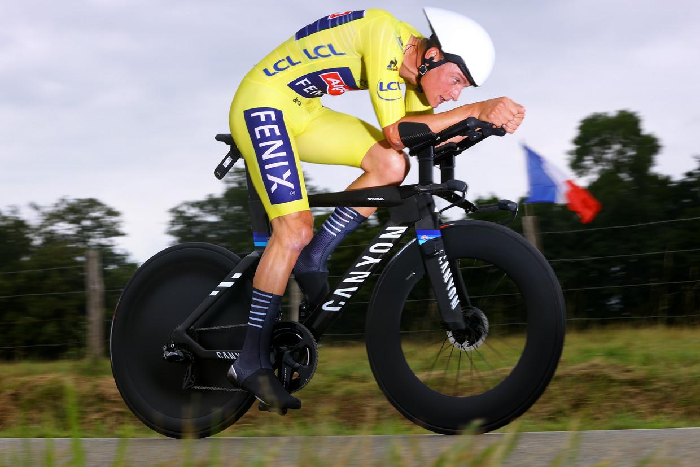 Mathieu Van Der Poel rijdt naar de vijfde plek in de tijdrit. Beeld Getty