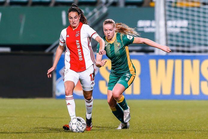 Caitlin Dijkstra (links) namens Ajax in actie in de eredivisie.