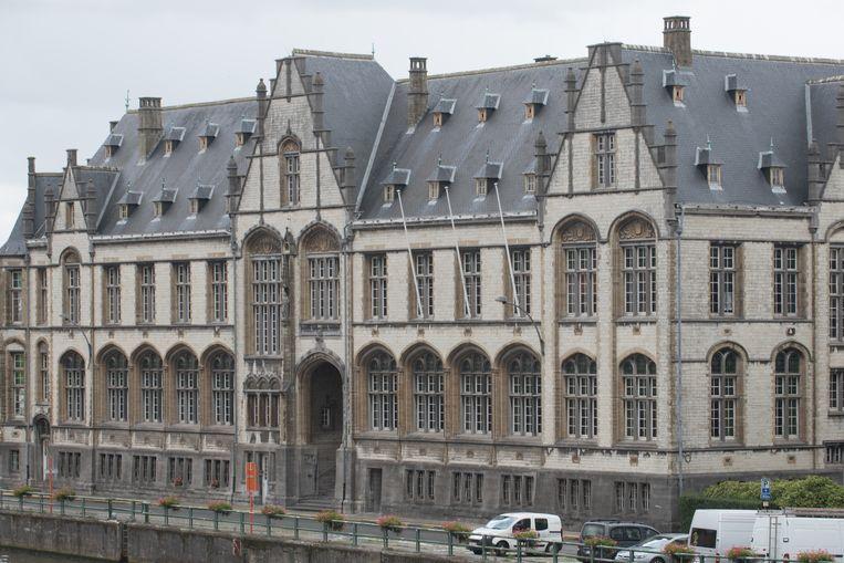 De man kreeg in de politierechtbank in Oudenaarde een rijverbod van één maand opgelegd.