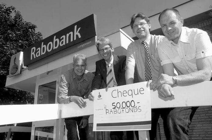 De start van het Rabofonds in 2007: directeur Hans Goorhuis van de Rabobank Tubbergen overhandigt een cheque aan voorzitter Gerbert-Jan Hendriksen van het nieuwe Rabofonds.