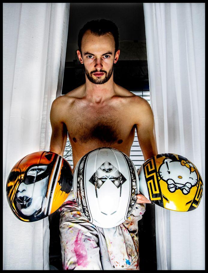 Portret van shorttracker Itzhak de Laat met zijn gespoten helmen Foto: Pim Ras