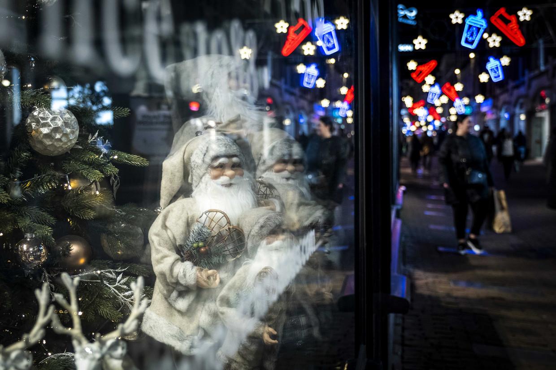 Versiering voor de feestdagen in de Amsterdamse binnenstad.  Beeld ANP