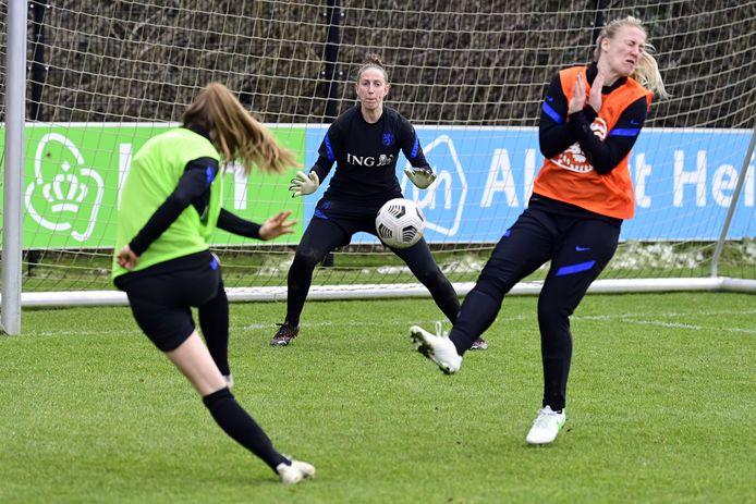 Lieke Martens, Sari van Veenendaal en Stefanie van der Gragt tijdens een training op de KNVB Campus. De Oranjevrouwen spelen dinsdag 18 april in De Goffert een oefeninterland tegen Australië.
