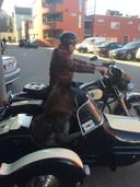 Erdinç met zijn hond Kaplan op de Harley.