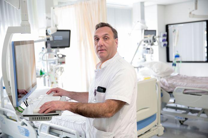 Michael Frank is intensivist bij het Albert Schweitzer ziekenhuis in Dordrecht en geeft dagelijks een inkijkje in zijn werk.
