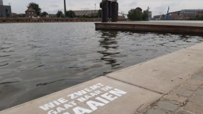 Hoe aanlokkelijk ook... zwemmen aan het Houtdok is en blijft verboden
