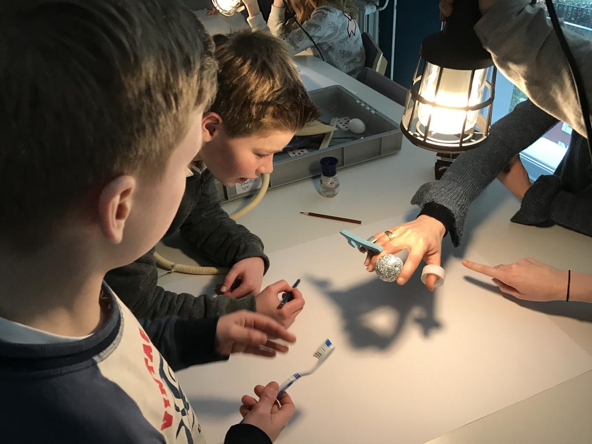 Leerlingen van basisschool de Schalm ontwerpen hun eigen surrealistische kunstwerkjes.