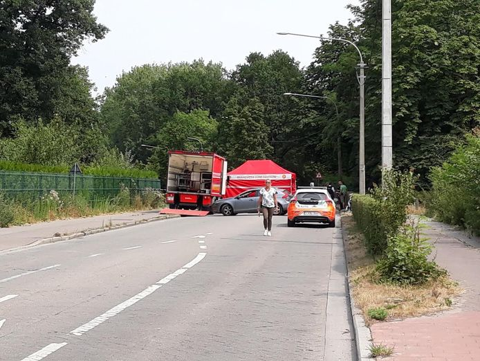 De beschoten overvaller viel twee kilometer verder, in de aanpalende Gentstraat van de motor. Hij is overleden, bevestigt de politie. De kompaan van de overvaller is op de motor weggevlucht.