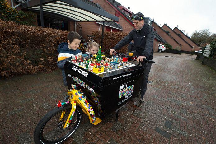 Roy Hartman levert alvast een partij LEGO af bij zoon Kyan en dochter Emily.