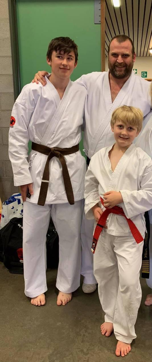 Robbe (gauche) avec son père et son frère au club de karaté