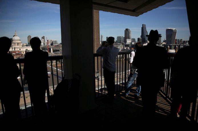 Museumbezoekers op het balkon van museum Tate Modern in het hartje van Londen.