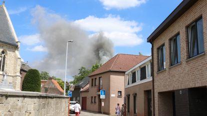 Leegstaande woning volledig uitgebrand, getuigen zien drie personen weglopen