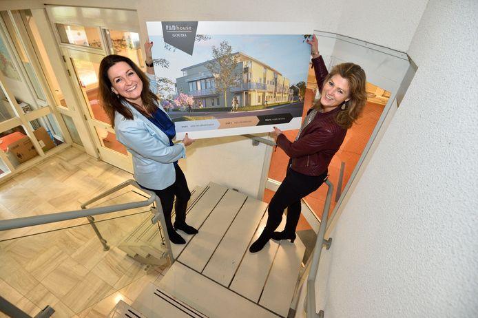 Francine Smissaert (r.) en Arlette van Poppel zijn blij dat ze eindelijk kunnen gaan bouwen in Gouda.