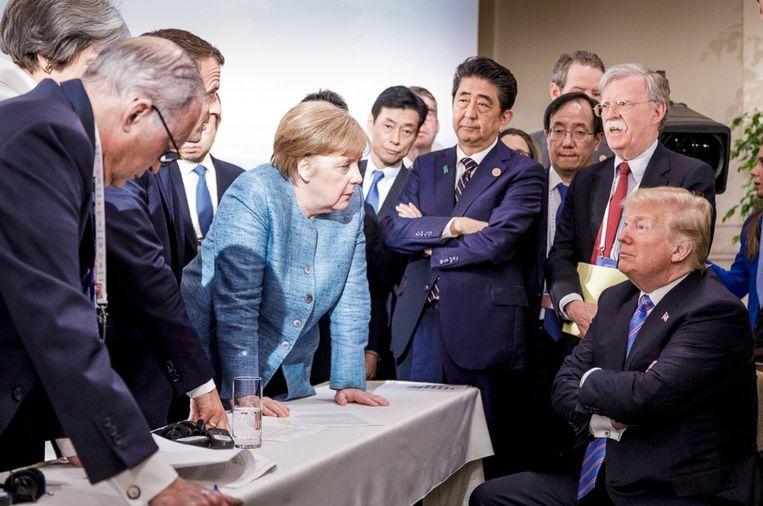 Angela Merkel met Donald Trump in 2018. Merkel heeft het geprobeerd, maar een constructieve verhouding met Donald Trump kwam niet tot stand. Parallel aan de groeiende agressie in zijn tweets werden haar blikken openlijk afkeurend en bevreemdend. Het leverde onvergetelijke beelden op. Beeld AP