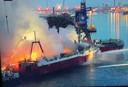 Hevige vlammen kwamen uit het schip.