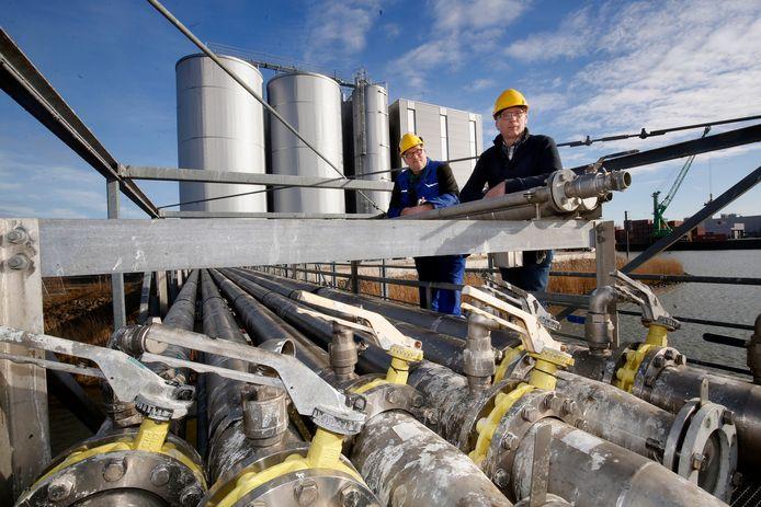 Wout (links) en Hugo de Jong bij de tanks van hun bedrijf Merwetank in Gorinchem. Het bedrijf staat op het punt uit te breiden naar Dordrecht.
