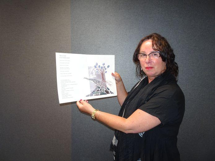 Ilona Willemse toont het ontwerp voor het nieuwe kunstwerk.