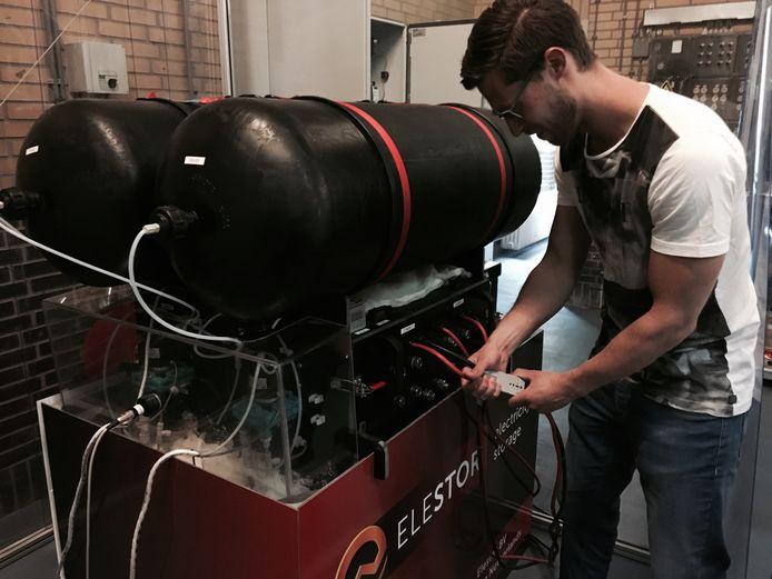 Bas van Drenth van het Arnhemse bedrijf Elestor bij een proefopstelling van een waterstofbromide flowbatterij.