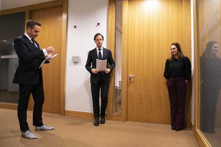 Demissionair premier Mark Rutte en demissionair minister Hugo de Jonge voorafgaand aan de persconferentie maandagavond. Beeld ANP