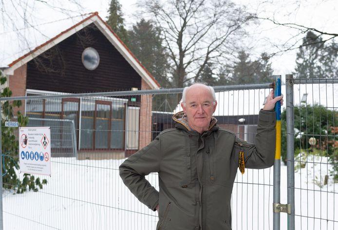 Bert Albers voor de voormalige Vijverhof. Dat daar een zorginstelling terugkeert is prima, zegt hij namens ruim vijftig omwonenden, maar het plan dat WZU er nu wil realiseren is veel te ingrijpend.