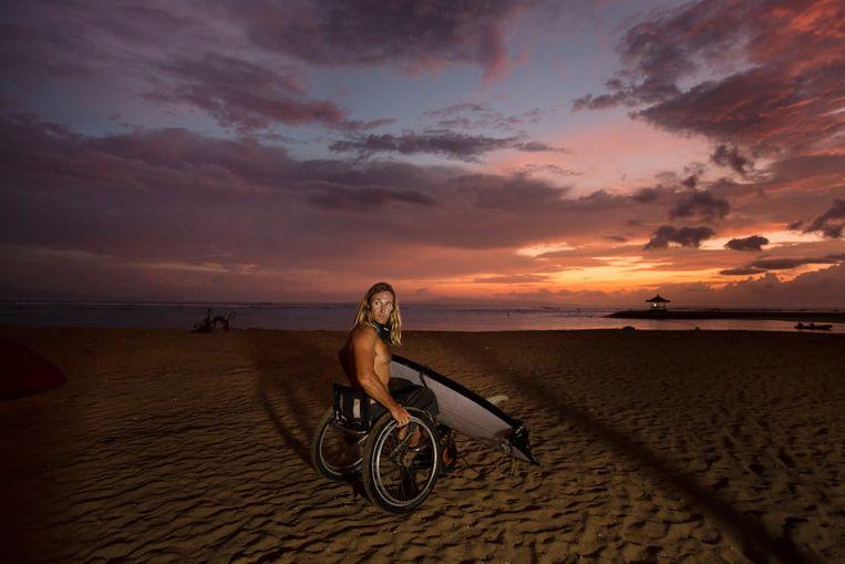 Bruno Hansen heeft geen gevoel meer in zijn benen, maar voelt zich nergens meer thuis dan op zijn plank  tussen de golven. Beeld Tom De Reuck