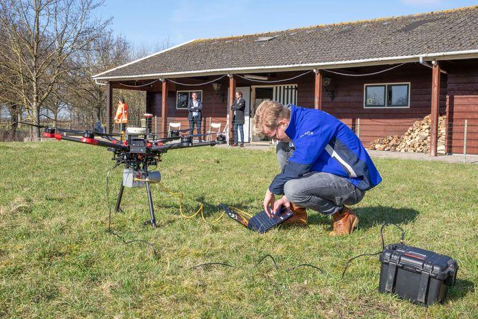 Lex Veltman van Shore Monitoring, een bedrijf dat gespecialiseerd is in vliegen met drones, doet onderzoek op het kasteelterrein bij Sint-Maartensdijk.