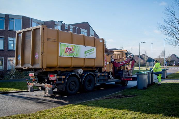 Medewerkers van DAR legen de groene kliko's in de Huissteden in Wijchen.
