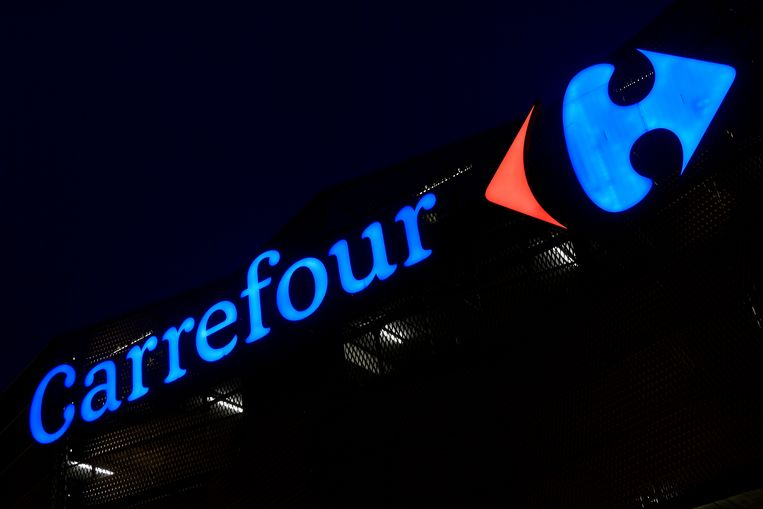 Illustration picture shows Carrefour logo at Genk Carrefour Hypermarket in Genk region, Thursday 25 January 2018. The Carrefour direction announced its reform plans for the supermarket chain, two must close, Belle Ile and Genk and around 1200 jobs will be lost. BELGA PHOTO SOPHIE KIP Beeld BELGA