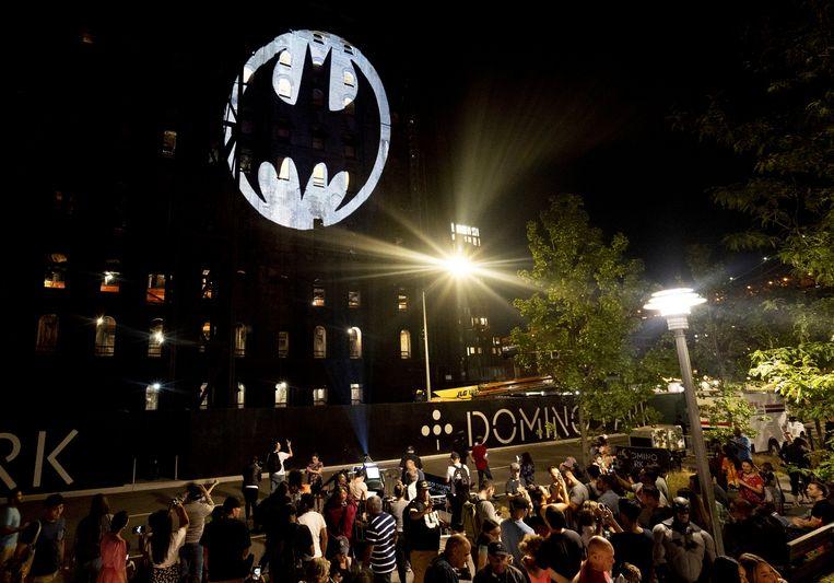 Ook op de Domino Sugar Refinery in Brooklyn werd het signaal van Batman afgebeeld. Beeld AP