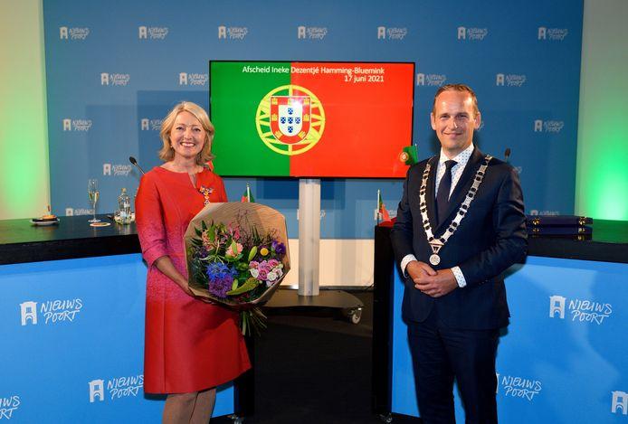 Oud-gemeenteraadslid Ineke Dezentjé Hamming – Bluemink en burgemeester Bram van Hemmen, die haar de koninklijke onderscheiding overhandigde.