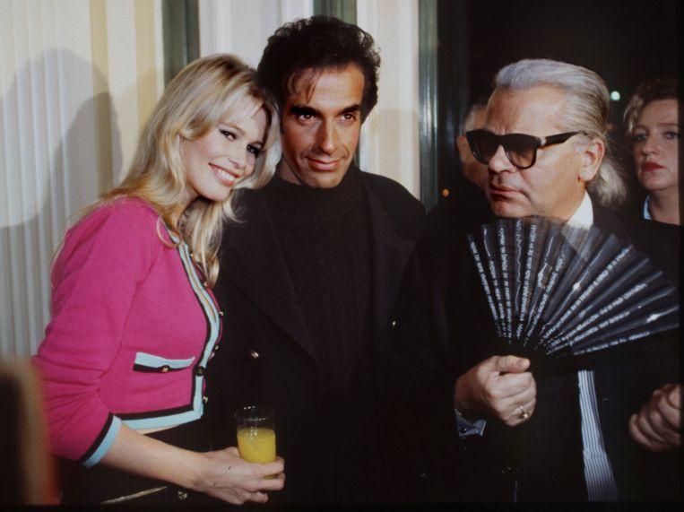 Karl met model Claudia Schiffer en David Copperfield. Beeld REUTERS