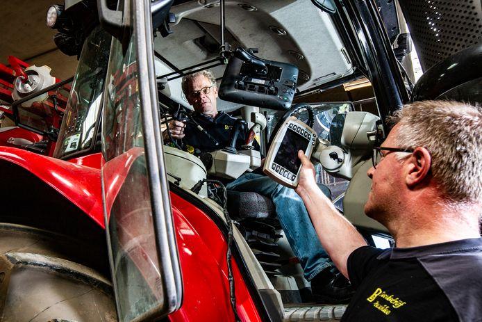Peter Bruggeman (rechts) en Gerrit Boschloo van loonwerkersbedrijf Boschloo uit Gorssel in 2019, nadat ze bestolen waren van gps-apparatuur zoals op de foto getoond.