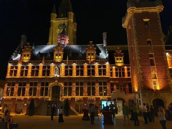 Het stadhuis van Eeklo in goud.