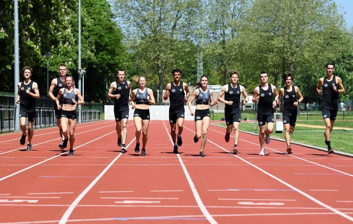 Elf van de twaalf atleten van het team in beeld.