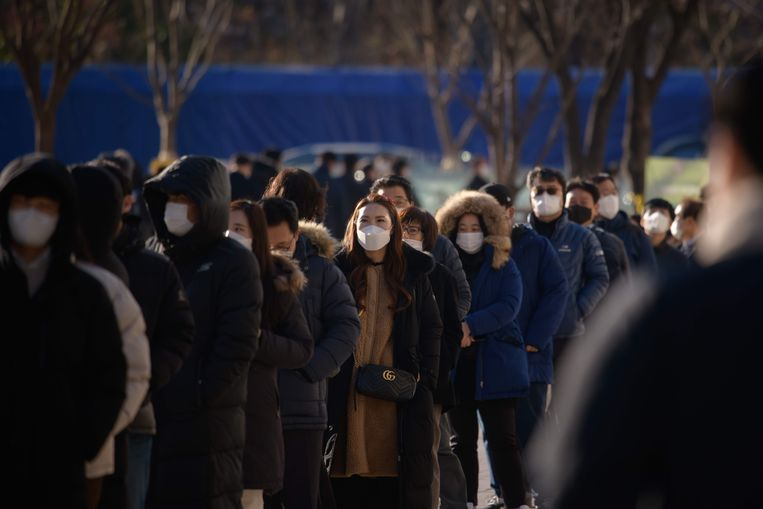 Zuid-Koreaanse ambtenaren staan in de rij voor een coronatest in een tijdelijk testcentrum bij het stadhuis in Seoul.  Beeld AFP