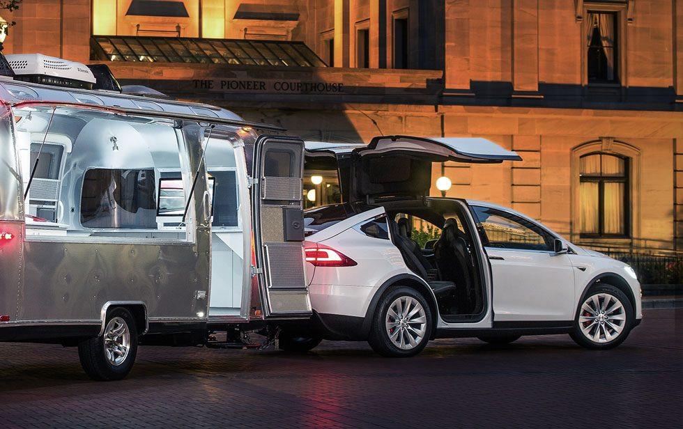 Een Tesla Model X met caravan.