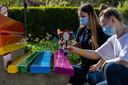 Lotte en Cheyenne schilderden eigenhandig de regenboogbank.