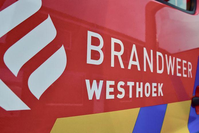 Brandweer Westhoek kwam ter plaatse om de rijweg weer proper te maken.