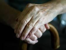 Vrouwen beroven bejaarde (85) in Holten na smoesje bij de voordeur