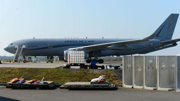Een passagiersvliegtuig van de Franse luchtmacht op de luchthaven in Brest.