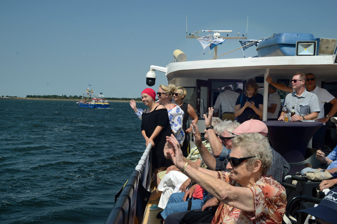 Meer dan honderd opvarende genoten zaterdag aan boord van de Denick II van de vlootschouw op de Oosterschelde. Op de achtergrond Alice van den Berge, Claudia Bolle en Yvonne van den Berge.