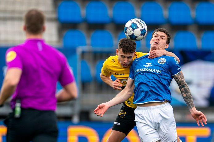 Colin Rösler neemt FC Den Bosch-speler Jizz Hornkamp in de houdgreep.