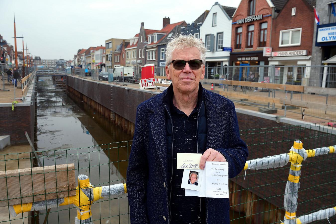 Mathieu Goverde werd op 4-jarige leeftijd uit de haven gered door een passant. In zijn hand de bedankbriefjes.