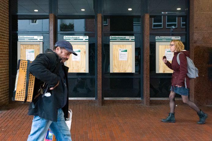 Nederland,  Den Bosch, in de Visstraat zijn de geldautomaten afgeplakt tegen mogelijke plofkraken.
