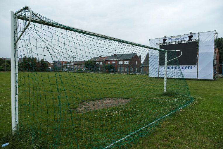 Op de voetbalterreinen van Scheersel is een groot scherm geplaatst voor de WK-matchen van België.
